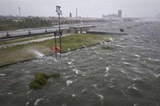 <p>Onde sul canale navigabile Inner Harbor, quando vento e pioggia portati dall'uragano Gustav raggiungono New Orleans, Louisiana, il 1 settembre 2008. REUTERS/Lee Celano (Usa)</p>