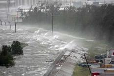 <p>Onda se choca no canal industrial e Nova Orleans, dai 1o de setembro. O furacão Gustav provocava fortes ventos e chuvas em Nova Orleans no início da segunda-feira, mas perdia parte de sua força e deve se mover para o oeste, poupando a cidade de sofrer o impacto total da tormenta. Photo by Dave Martin</p>