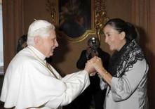 <p>A franco-colombiana Ingrid Betancourt (dir)  encontra o Papa Bento XVI em uma audiência privada na residência de verão dele em Castelgandolfo, dia 1o. de setembro.  Ela abraçou o papa Bento 16 na segunda-feira e narrou-lhe como havia ficado emocionada ao ouvir o apelo do pontífice pela libertação dela. Photo by Osservatore Romano</p>