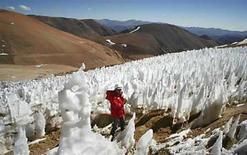 <p>Foto de archivo de un hombre en el glaciar El Toro II ubicado en la provincia de Huasco, Chile, 28 feb 2007. Los científicos no están prestando suficiente atención a los glaciares que se derriten en los Andes, los Himalayas y cimas de otros países en vías de desarrollo, dijo el lunes un reporte respaldado por Naciones Unidas. Expertos del Programa de Naciones Unidas para el Medio Ambiente (PNUMA) y el Servicio Mundial de Monitoreo de Glaciares (WGMS, por sus siglas en inglés) dijeron que si bien había un excelente monitoreo de las tendencias de glaciares en Europa y América del Norte, los campos de hielo del centro de Asia y de los trópicos son mayoritariamente pasados por alto. (Foto de archivo) Photo by (C) STRINGER CHILE / REUTERS/Reuters</p>