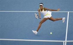<p>Venus Williams of the U.S. hits a return shot to Agnieszka Radwanska of Poland during their match at the U.S. Open tennis tournament at Flushing Meadows in New York, September 1, 2008. REUTERS/Ray Stubblebine</p>