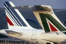 <p>Un aereo Alitalia accanto a un velivolo di Air France. REUTERS/Air France/Handout</p>