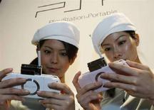 <p>Due modelle mostrano il modello PlayStation portatile Sony Psp-2000, al Tokyo Game Show a Chiba, a est di Tokyo, nel settembre del 2007. REUTERS/Issei Kato (Giappone)</p>