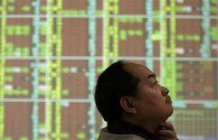 <p>Un uomo in una banca di Taipei controlla l'andamento delle Borse. REUTERS/Pichi Chuang (TAIWAN)</p>