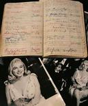 <p>Foto de archivo de artículos personales de la actriz estadounidense Marilyn Monroe que fueron subastados en Nueva York, EEUU, 10 oct 2005. Una película de aficionado de la leyenda de Hollywood Marilyn Monroe en el set de la cinta 'Some Like it Hot' apareció en Australia 50 años después de ser filmado, y será puesto a la venta en una subasta. El subastador Charles Leski dijo que el video de 2,5 minutos muestra a Monroe y a su co protagonista Tony Curtis en el set antes del rodaje de una escena de playa en que la estrella intenta llamar la atención del actor. (Foto de archivo) Photo by (C) BRENDAN MCDERMID / REUTERS/Reuters</p>