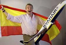 <p>Foto de archivo del presidente Ejecutivo de Ryanair, Michael O'Leary, posando para una fotografía previo a una conferencia de prensa en Madrid, 20 ago 2008. Ryanair, la mayor aerolínea europea de bajo costo, dijo el martes que estaba ganando la batalla en contra de la reventa de boletos y la Comisión Europea indicó que había finalizado una investigación de la compañía sobre el conflicto. A comienzos del mes, la aerolínea irlandesa comenzó a cancelar y reembolsar alrededor de 450 reservas por día realizadas por agencias de boletos en internet, conocidas como raspadoras de pantalla, que vendían los pasajes a precios inflados. (Foto de archivo) Photo by (C) SUSANA VERA / REUTERS/Reuters</p>