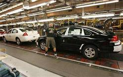 <p>GM employees assemble Chevrolet Impalas after Ontario Premier Dalton McGuinty announced the creation of a C$650 million ($611 million) automotive green fund to encourage investment in environmentally friendly technology at the GM Oshawa Assembly Plant, June 19, 2007. REUTERS/J.P. Moczulski</p>
