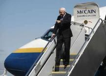 <p>O candidato a presidente dos Estados Unidos, senador John McCain, republicado no Arizona, chega no aeroporto de Minneapolis, nos Estados Unidos, no dia 3 de setembro. Ele  arrecadou mais de 47 milhões de dólares em doações para sua campanha em agosto, aproximando-se do rival Barack Obama, devido em parte ao aumento de doações depois que ele anunciou sua  candidata a vice-presidente. Photo by John Gress</p>