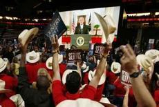 <p>Bush declara apoio a McCain; republicanos atacam Obama. Delegados do Texas festejam aparição via satélite de George W. Bush em convenção republicana. O presidente dos EUA saudo John McCain descrevendo-o como o homem que o substituirá. 2 de setembro. Photo by Jim Young</p>