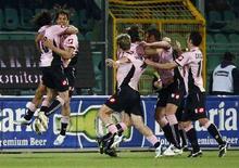 <p>Il Palermo esulta durante un incontro di serie A allo stadio R.Barbera, in un'mmagine d'archivio. REUTERS/Tony Gentile</p>