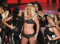 <p>Britney Spears aparecerá en los próximos MTV Video Music Awards (VMA), un año después de la desastrosa actuación de regreso que ofreció en la ceremonia de 2007, aunque en esta ocasión la cantante de pop no mostrará sus dotes vocales. Spears abrirá el domingo la 25 edición de los VMA de MTV en los estudios Paramount de Hollywood, según la página web de la cadena. Photo by (C) ROBERT GALBRAITH / REUTERS/Reuters</p>