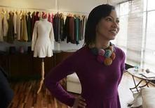 <p>La diseñadora peruana Sumy Kujon muestra sus diseños en su estudio de Lima, 19 ago 2008. La diseñadora Rosario de Armenteras muestra orgullosa una fina estola de alpaca, parte de una colección que arrancó aplausos en pasarelas europeas al incluir glamorosos trajes de noche inspirados en la vestimenta de los Andes de Perú. El país sudamericano ha visto en los últimos años un despegue de diseñadores, que parten de sus raíces y utilizan materiales peruanos de alta calidad para abrirse un espacio en la industria mundial de la moda. Photo by Pilar Olivares/Reuters</p>