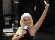 <p>La cantante Christina Aguilera saluda a su despedida de la conferencia de prensa previa a los premios MTV en Hollywood, EEUU, 4 sep 2008. Target and Target.com (http://www.target.com/) serán los únicos minoristas que tendrán la primera colección de grandes éxitos de Christina Aguilera (en la foto), 'Keeps Gettin' Better -- A Decade of Hits', que será lanzada el 11 de noviembre. La colección de RCA Records incluye un par de nuevos temas, 'Dynamite' y 'Keeps Gettin' Better', así como versiones nuevas de sus anteriores éxitos 'Genie in a Bottle' y 'Beautiful'. Photo by Phil Mccarten/Reuters</p>