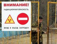 """<p>Охранник открывает ворота на въезд в зону повышенной радиации в 30-км от Чернобыльской АЭС близ деревни Кужушки 4 апреля 2006 года. США могут аннулировать программу по ядерному сотрудничеству с Россией в области """"мирного атома"""", позиционируя этот шаг как ответ на действия РФ в Грузии, сообщил представитель американских властей в четверг. REUTERS/Vasily Fedosenko</p>"""