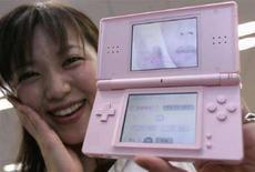 """<p>La designer Yukiko Nishimura mostra il gioco """"Dream Skincare"""" di Konami Digital Entertainment per Nintendo Ds a Tokyo, nel giugno del 2007. REUTERS/Toru Hanai (Giappone)</p>"""