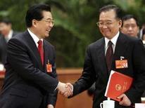 <p>Stretta di mano tra il presiente della Cina Hu Jintao (sinistra) e il premier Wen Jiabao, nel marzo 2008. REUTERS/China Daily (Cina)</p>