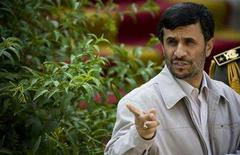 <p>Iran's President Mahmoud Ahmadinejad points at an official while attending a welcoming ceremony for his Bolivian counterpart Evo Morales in Tehran September 1, 2008. REUTERS/Morteza Nikoubazl</p>