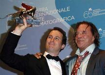 <p>Il regista statunitense Darren Aronofsky (a sinistra) con l'attore Mickey Rourke alla 65ma Mostra del Cinema di Venezia. REUTERS/Denis Balibouse</p>