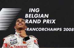 <p>Il pilota britannico di Formula 1 Lewis Hamilton (McLaren) sul podio del Gran Premio del Belgio, il 7 settembre 2008. REUTERS/Francois Lenoir (Belgio)</p>