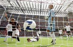 <p>Il gol del milanista Massimo Ambrosini al portiere del Bologna Francesco Antonioli il 31 agosto scorso, allo stadio di San Siro. REUTERS/Alessandro Garofalo</p>