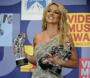 <p>La cantante Britney Spears posa con sus premios en la ceremonia del MTV Video Music Awards 2008, en Los Angeles, California, 7 sep 2008. Un año después de su desastroso intento de volver al ruedo en la ceremonia de entrega de los MTV Video Music Awards, Britney Spears arrolló el domingo en la nueva edición del evento ganando tres estatuillas. La cantante, cuya carrera ha sido eclipsada en los últimos años por una seguidilla de dramas personales, se alzó con los premios a Mejor Video del Año, Mejor Video Pop y Mejor Video Femenino, todos por la canción 'Piece of Me'. Photo by Phil Mccarten/Reuters</p>