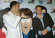 <p>Foto de archivo de los creadores de la serie animada 'South Park', Matt Stone y Trey Parker, en la fiesta de estreno de la décima temporada del programa en Los Angeles, California, 21 sep 2006. Fiscales rusos quieren prohibir la serie satírica de animación South Park, afirmando que es 'extremista', después de recibir quejas de los espectadores, indicó una portavoz el lunes. South Park, una serie de animación dirigida a adultos, está protagonizada por un grupo de niños de nueve años de un pueblo del estado estadounidense de Colorado con una estación de esquí, y se ha codeado con la polémica desde su estreno en 1997, parodiando a personajes famosos, políticos, religiones, el matrimonio homosexual o a Saddam Hussein. Photo by (C) FRED PROUSER / REUTERS/Reuters</p>