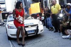 <p>A campeã do Aberto dos EUA, Serena Williams, posa com o troféu na Times Square, em Nova York, dia 8 de setembro. Era o duelo entre a rainha do drama e a rainha da recuperação na quadra central de Flushing Meadows. Jelena Jankovic fez a sua parte, deu emoção ao jogo, mas quem saiu coroada do Aberto dos EUA foi Serena Williams. Photo by Keith Bedford</p>