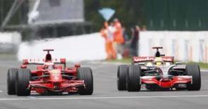 <p>Hamilton realiza a ultrapassagem sobre Raikkonen que foi punida após termino do GP da Bélgica. A Fórmula 1 voltou a ouvir as familiares acusações de estar dando um tiro no pé, depois de tirar do britânico Lewis Hamilton, da McLaren, a vitória no eletrizante Grande Prêmio da Bélgica.7 de setembro. Photo by Yves Herman</p>