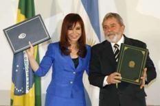 <p>Argentina e Brasil assinam acordo para comércio sem uso do dólar. O presidente Luiz Inácio Lula da Silva e sua colega argentina, Cristina Kirchner, assinaram nesta segunda-feira o acordo para que os dois países utilizem suas próprias moedas no comércio bilateral, eliminando o uso do dólar. 8 de setembro. Photo by Stringer</p>