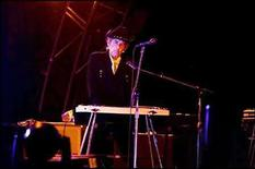 """<p>El sitio de internet Amazon.com lanzó el video clip de la nueva canción de de Bob Dylan (en la foto), 'Dreamin' of You', protagonizado por el veterano actor de personajes Harry Dean Stanton como un contrabandista de Dylan que viaja por todo el país vendiendo su mercancía. 'Dreamin"""" es el primer sencillo del disco 'Tell Tale Signs: The Bootleg Series Vol. 8', que será disponible en tiendas el 7 de octubre a través de Columbia, lo que sería la producción número 27 de los últimos 20 años de la carrera de Dylan. Photo by (C) SCANPIX SCANPIX / REUTERS/Reuters</p>"""
