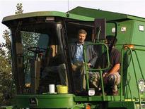 <p>Conservative leader and Canada's Prime Minister Stephen Harper (L) talks with farmer Kevin Eberle during a campaign stop at Eberle's farm in Regina, Saskatchewan, September 8, 2008. REUTERS/Chris Wattie</p>