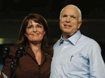 <p>McCain dispara na preferência das eleitoras brancas. A candidata a vice-presidente dos EUA Sarah Palin e o candidato republicano John McCain em campanha no Novo México. A indicação de Sarah Palin ajudou McCain a disparar na preferência das eleitoras brancas. 6 de setembro. Photo by Brian Snyder</p>