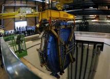 <p>O último elemento do ATLAS é baixado na CERN em Meyrin, perto de Genebra, dia 29 de fevereiro. Leia a seguir cinco fatos sobre o laboratório Grande Colisor de Hádrons (LHC, na sigla em inglês), projeto de 9 bilhões de dólares que vai esmagar partículas disparadas a velocidades próximas à da luz depois que começar a operar na quarta-feira, na Cern. Photo by Denis Balibouse</p>