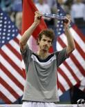 <p>Andy Murray segura troféu de segundo lugar após ser derrotado por Roger Federer na final do Aberto dos EUA em Nova York em 8 de setembro. Murray ingressou pela primeira vez no Top 5 do ranking mundial da Associação dos Tenistas Profissionais (ATP), nesta terça-feira, após a derrota para Federer na véspera. Photo by Kevin Lamarque</p>