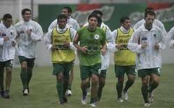 <p>Bolívia tem difícil missão contra o Brasil: evitar goleada. Jogadores bolivianos correm durante treinamento no Rio de Janeiro. A seleção boliviana visita um renovado Brasil, pelas eliminatórias sul-americanas da Copa de 2010, com a missão de evitar uma goleada. 8 de setembro. Photo by Bruno Domingos</p>