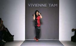 <p>La designer di moda Vivienne Tam in una passarella del febbraio scorso. REUTERS/Carlo Allegri</p>