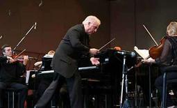 <p>Un festival musical de Jerusalén asignó dos guardaespaldas para Daniel Barenboim (en la foto), el reconocido pianista y director de orquesta israelí, luego de que activistas de derecha amenazaron con lastimarlo, dijeron el miércoles los organizadores. A principios de este año, Barenboim, un crítico de la ocupación de Israel en Cisjordania, recibió la ciudadanía palestina en reconocimiento por sus acciones para promover elcontacto entre músicos jóvenes árabes e israelíes. Photo by (C) STR NEW / REUTERS/Reuters</p>