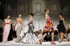 <p>Modelos apresentam criações da coleção primavera 2009 de Oscar de La Renta durante semana de moda em Nova York em 10 de dezembro. As tendências da moda vão e vêm, mas em certo sentido o verde veio para ficar, segundo estilistas e patrocinadores que participam dos desfiles desta semana em Nova York. Photo by Keith Bedford</p>