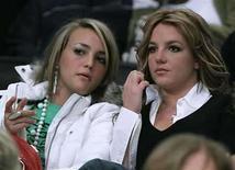 <p>Foto de archivo de las celebridades Jamie Lynn y Britney (a la derecha) Spears durante un partido de baloncesto entre Washington Wizards y Los Angeles Lakers en Los Angeles, EEUU, 17 dic 2006. Lynn Spears dice que todas las madres cometen errores, pero que ella no está arrepentida de haber permitido que sus hijas, Britney y Jamie Lynn, persiguieran sus sueños de estrellato. 'Creo que tú tienes que dejarlas seguir sus sueños. Pienso que al final sería peor si no lo hicieras', declaró Spears en una entrevista con la revista People, a una semana del lanzamiento de sus esperadas memorias. (Foto de archivo) Photo by (C) LUCY NICHOLSON / REUTERS/Reuters</p>