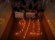 <p>Una celebrazione per ricordare l'11 Settembre 2001, effettuata da alcuni studenti di una scuola indiana. REUTERS/Rupak De Chowdhuri (INDIA)</p>