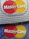 <p>Il logo di MasterCard su due carte di credito. REUTERS/Sam Mircovich</p>