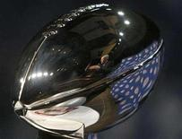 <p>New York Giants head coach Tom Coughlin is reflected in the Vince Lombardi Trophy as he answers questions at a news conference in Phoenix, February 1, 2008. REUTERS/Rick Wilking</p>