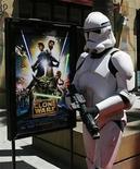<p>Aunque la última película 'The Clone Wars' no batió récords de taquilla, la 'fuerza' sigue acompañando a 'Star Wars' en el mundo de los videojuegos. LucasArts lanzará dos nuevos juegos en otoño: 'The Force Unleashed' estará disponible el 16 de septiembre para todas las plataformas y un par de juegos de 'Star Wars The Clone Wars' para las consolas de Nintendo saldrán el 11 de noviembre. Photo by (C) FRED PROUSER / REUTERS/Reuters</p>