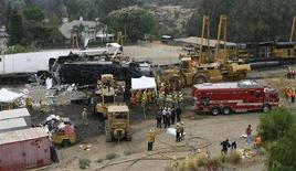 <p>I soccorritori cercano di recuperare i corpi dalle lamiere del treno per pendolari che si è scontrato con un merci alla periferia di Los Angeles, il 13 settembre 2008. REUTERS/Gus Ruelas</p>
