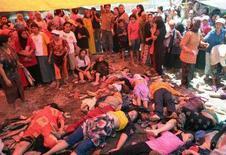 <p>Una immagine di alcune delle vittime della ressa per ricevere l'elemosina a Pasuruan, in Indonesia. REUTERS/Stringer (INDONESIA) TEMPLATE OUT</p>