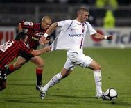 """<p>Игрок """"Лиона"""" Карим Бензема (справа) пытается опередить Сириля Рула (слева) из """"Ниццы"""" в матче чемпионата Франции в Лионе 13 сентября 2008 года. REUTERS/Robert Pratta (FRANCE)</p>"""