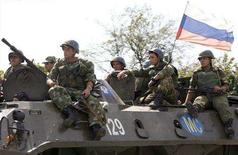 <p>Russian troops move along a road outside the Georgian town of Zugdidi September 13, 2008. REUTERS/David Mdzinarishvili</p>