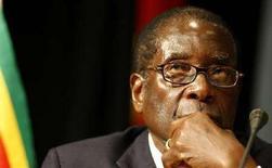 <p>Президент Зимбабве Роберт Мугабе на открытии саммита Сообщества развития стран Южной Африки. Президент Зимбабве Роберт Мугабе впервые за 28 лет пребывания у руля государства разделил власть с оппозицией в лице партии Движение за демократические перемены. Фотография сделана 16 августа 2008 года. REUTERS/Mike Hutchings (SOUTH AFRICA)</p>