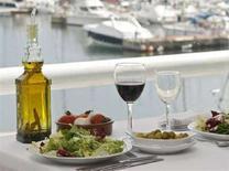 <p>Накрытый стол в ресторане в портовом городе Масноу недалеко от Барселоны 16 мая 2008 года. Средиземноморская диета, богатая фруктами, овощами, рыбой и полезными жирами, помогает снизить риск развития рака, сердечно-сосудистых заболеваний и многих других хронических заболеваний, сообщают итальянские исследователи. REUTERS/Albert Gea</p>