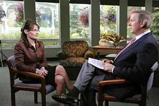<p>Charles Gibson habla con la cadidata republicana Sarah Palin en un entrevista exclusiva en Fairbanks, 11 sep 2008. La entrevista exclusiva de Charlie Gibson a la candidata republicana para la vicepresidencia de Estados Unidos, Sarah Palin, obtuvo el viernes el mayor índice de audiencia para el programa '20/20' del canal ABC en seis meses. La entrevista de '20/20' con Palin tuvo un promedio de 7,9 millones de televidentes y un índice de audiencia de 2,1 entre adultos de 18 a 49 años de edad, según datos preliminares divulgados durante el fin de semana por Nielsen Media Research. Photo by (C) HO NEW / REUTERS/Reuters</p>